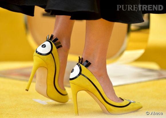"""Sandra Bullock chaussée par Rupert Sanderson à la première des """"Minions"""" à Los Angeles le 24 juin 2015."""