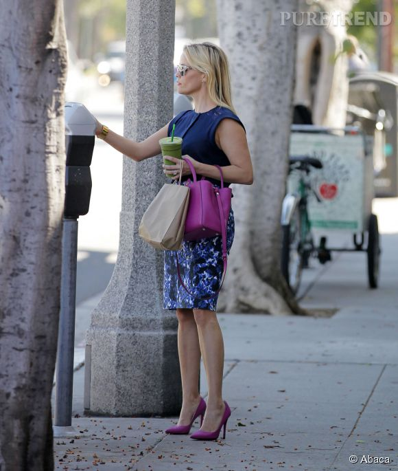 Reese Witherspoon a accordé son sac à main à ses escarpins roses.