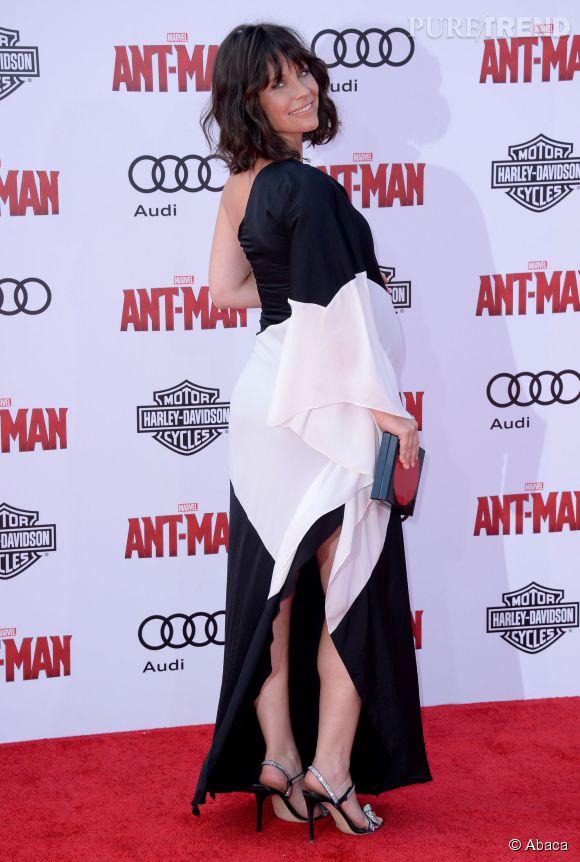 Evangeline Lilly est habillée d'une robe bicolore.