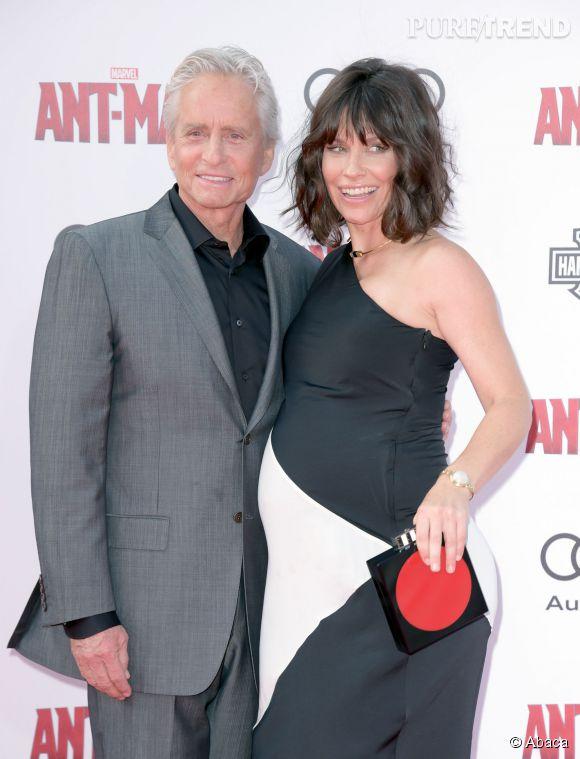 """Evangeline Lilly pose aux côtés de Michael Douglas, l'un de ses partenaires dans le film """"Ant-man""""."""