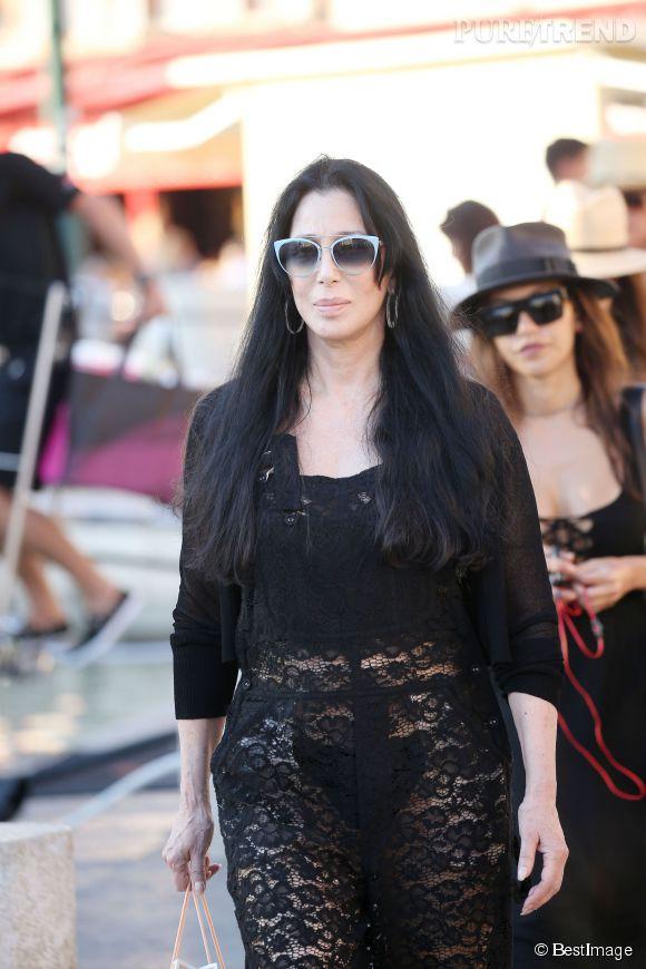 Cher opte pour la combinaison en dentelle pour sa promenade à St-Tropez.