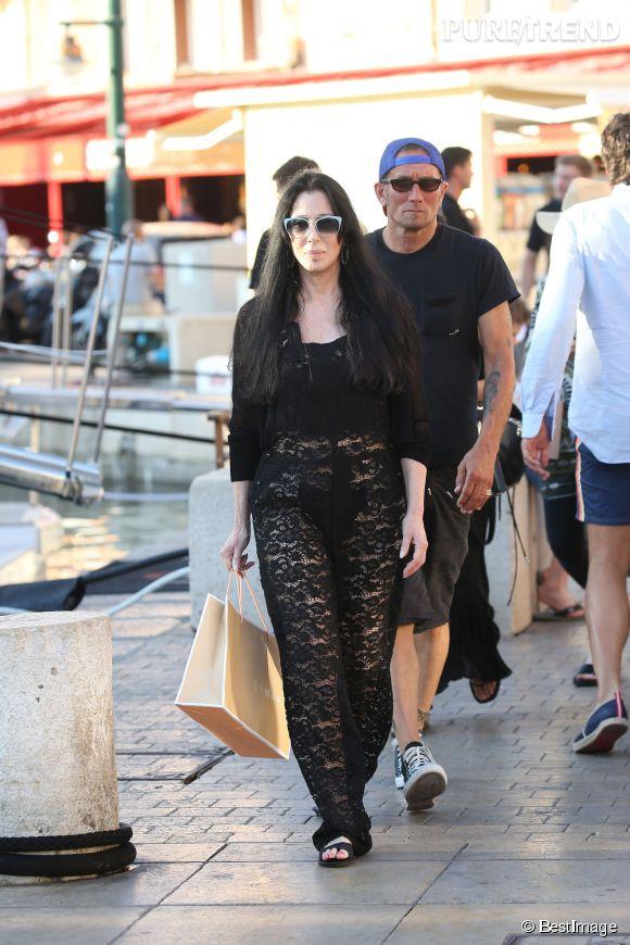 Cher nous montre presque sa culotte à St-Tropez.