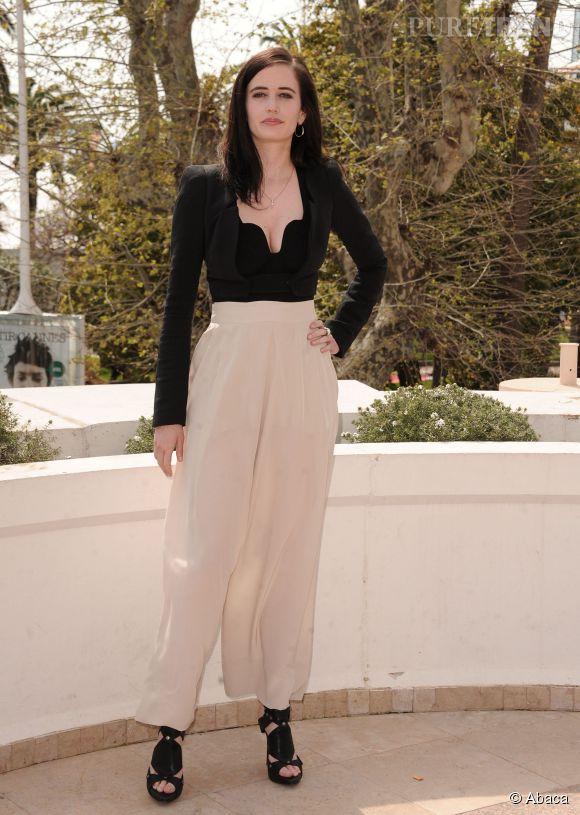 Eva Green opte pour une combinaison noire et blanche, un look simple mais très chic.
