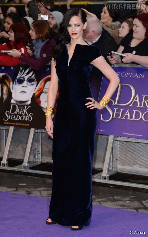 Eva Green, sublime dans une robe en velours bleue marine.