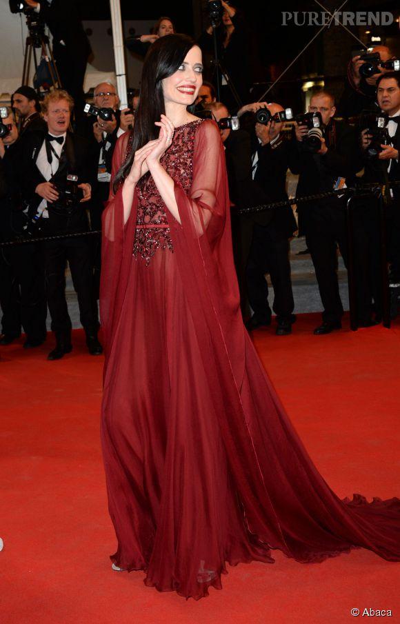 Eva Green, radieuse en robe longue rouge agrémentée de cristaux.
