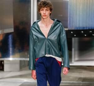 Visage de la dernière campagne Prada, Finnlay Davis a défilé sur le podium printemps-été 2016 de la maison à Milan.