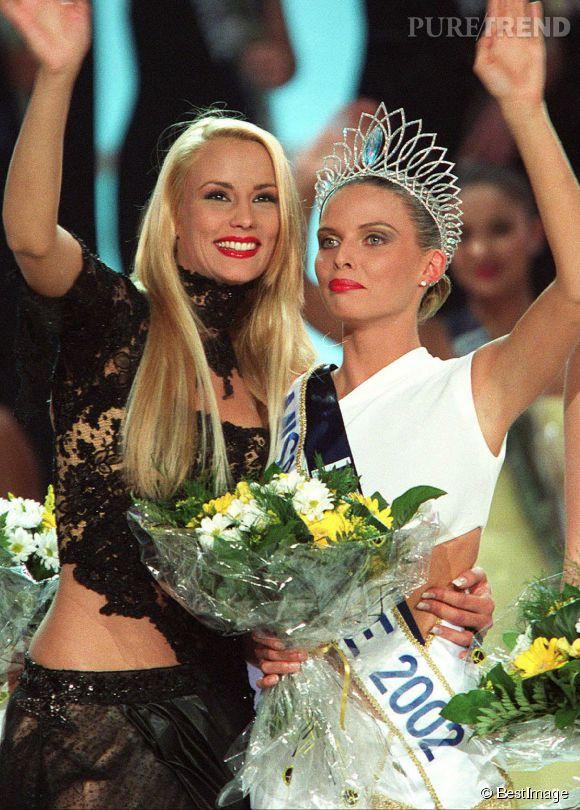 Elodie Gossuin passant le relais à Sylvie Tellier. Pour l'occasion, la jolie blonde adopte une tenue sexy et une mise en beauté glamour avec les lèvres rouges.