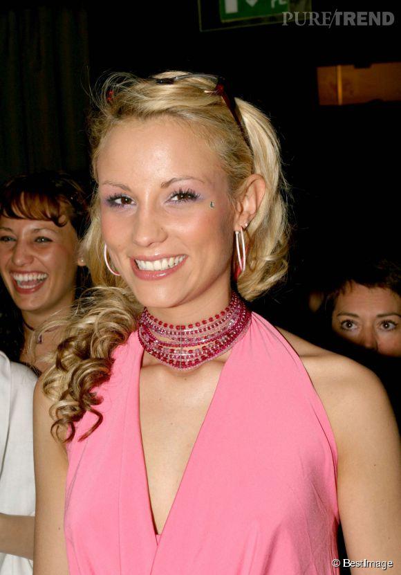 Elodie Gossuin en fait un peu trop en 2004. Il semblerait qu'elle porte des extensions frisées et un strass sous l'oeil. Avec le fard à paupières rose accordé à la tenue... C'est une petite catastrophe. La mode des années 2000 a fait des ravages !