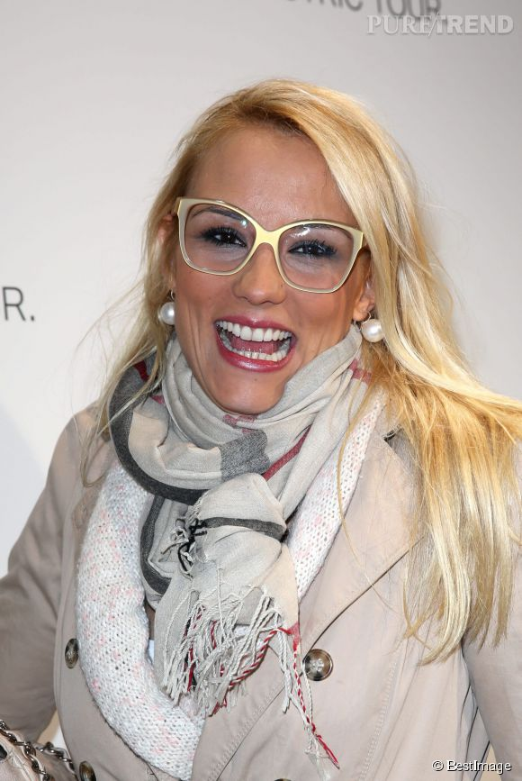 Elodie Gossuin joue la carte de l'originalité en 2013 et arpente le red carpet avec de grosses lunettes de vue.