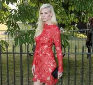 Lara Stone sculpturale dans une robe Christopher Kane sur mesure.