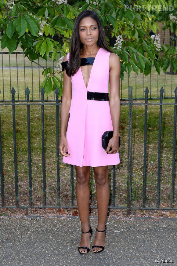 Naomie Harris, futuriste et sexy dans une robe flashy.