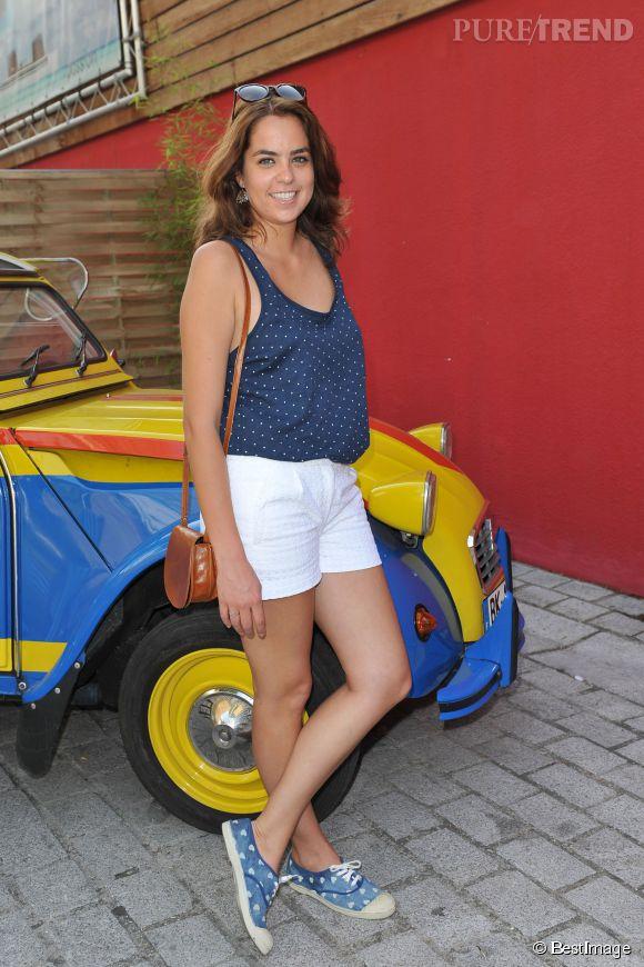 Anouchka Delon a pris la pose avec le sourire, dans son petit short blanc en broderie anglaise.