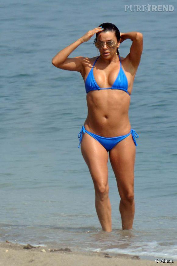 Eva Longoria sort de l'eau en bikini bleu à Marbella, samedi 4 juillet 2015.