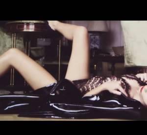Emily Ratajkowski, immortalisée en séductrice torride par Mario Testino, pour le GQ anglais.