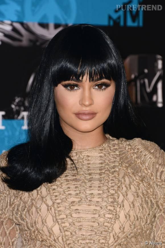 Lèvres gonflées, poitrine rebondie... Kylie Jenner est méconnaissable.