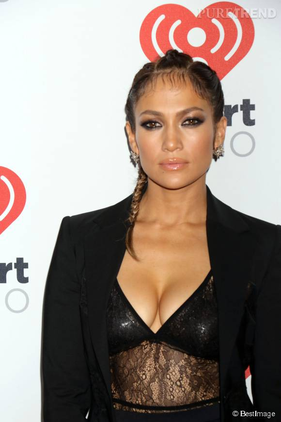 Jennifer Lopez s'est autorisée un décolleté très suggestif pour venir poser sur le tapis rouge du MGM Grand à Las Vegas, samedi 19 septembre 2015.