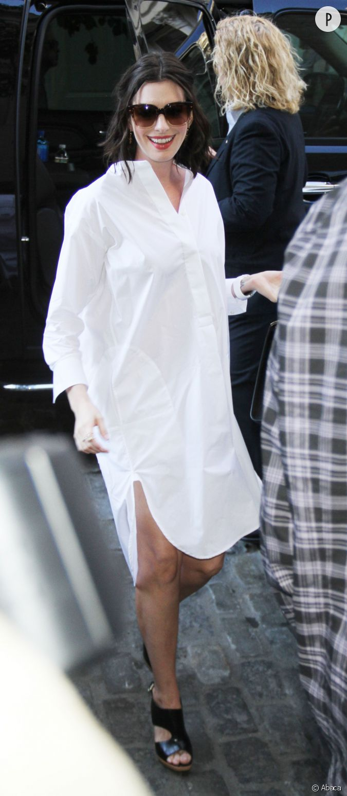 Anne hathaway radieuse dans sa blouse blanche xxl new for Dans xxl