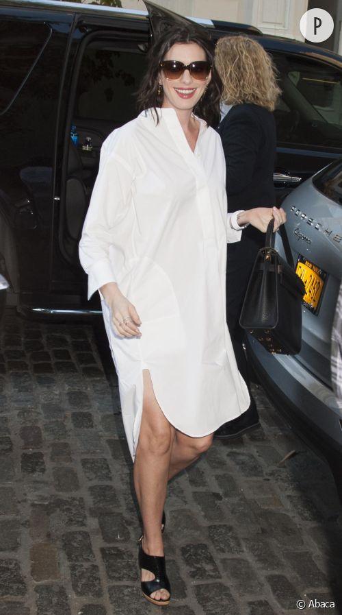 """Anne Hathaway a tout misé sur un look noir et blanc très minimaliste pour présenter son prochain film intitulé """"The Intern"""", samedi 19 septembre 2015 à New-York."""