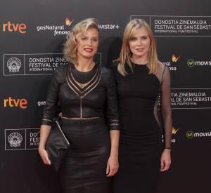 Les deux actrices font fureur en petites robes noires sexy et chic .