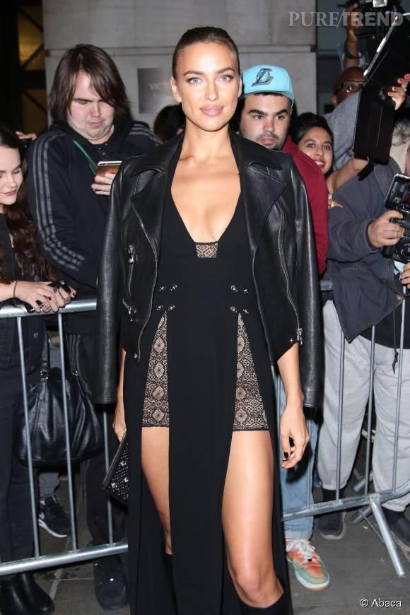 Irina Shayk super sexy pour le défilé Versus Versace.