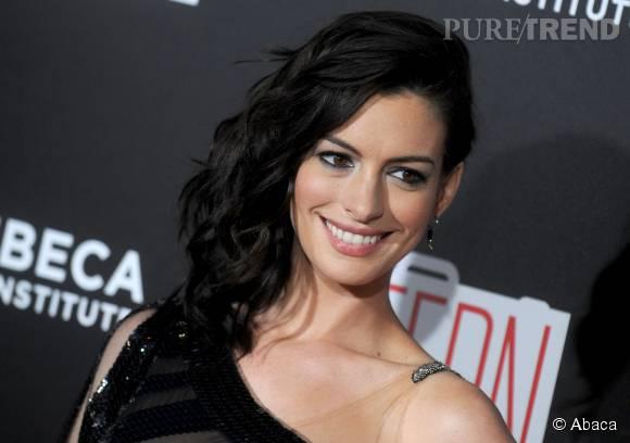 cd08342294 Anne Hathaway : méconnaissable dans sa robe noire très sexy à New ...