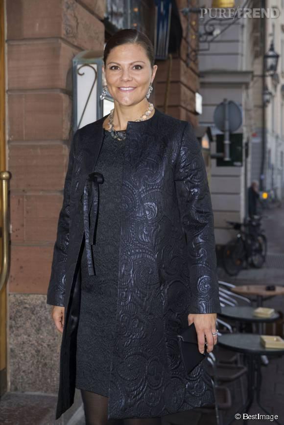 La princesse Victoria de Suède, radieuse dans sa tenue tout en noir. Mauvais choix en ce qui concerne le manteau, trop en ton sur ton par rapport à la robe.