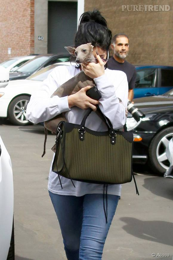 Kylie Jenner, sans make up mais avec son sac Balenciaga à plus de 1 600 euros à la main.