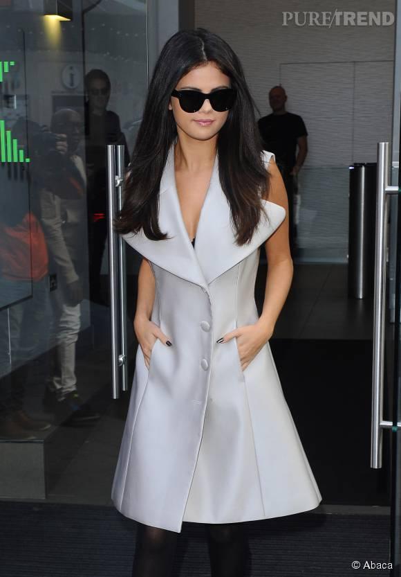 Selena Gomez adorablement sexy dans ce manteau sans manche.