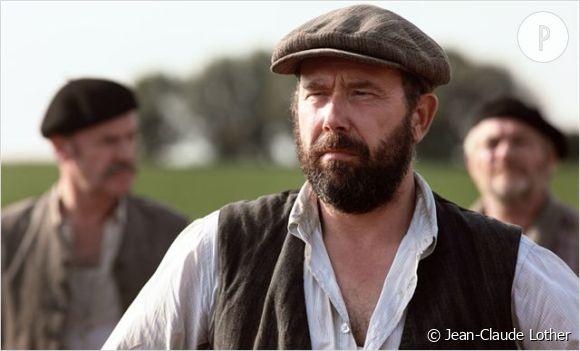 Paul (Olivier Gourmet), maire d'un petit village près d'Arras applique les consignes de la République et entraîne ses administrés sur la route.