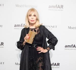 Amanda Lear opte pour une robe transparente pour se rendre au gala de l'amfAR, samedi 26 septembre à Milan.