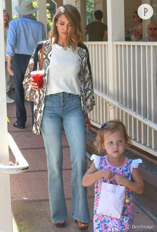 Jessica Alba et son look bohème citadine le week-end dernier.