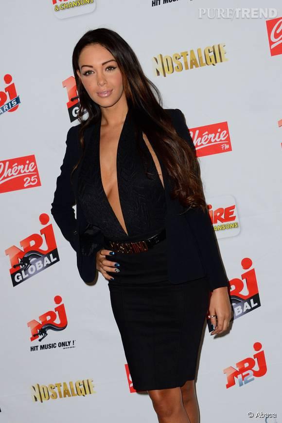 Nabilla très sexy dans cette robe plus que décolletée.