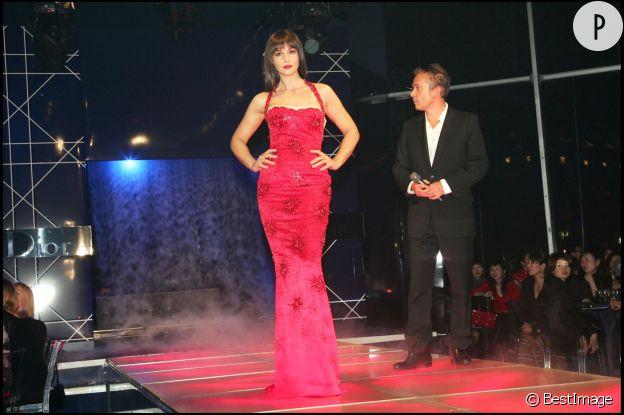 Monica Bellucci, incendiaire dans sa robe rouge pour le lancement de Rouge Dior.