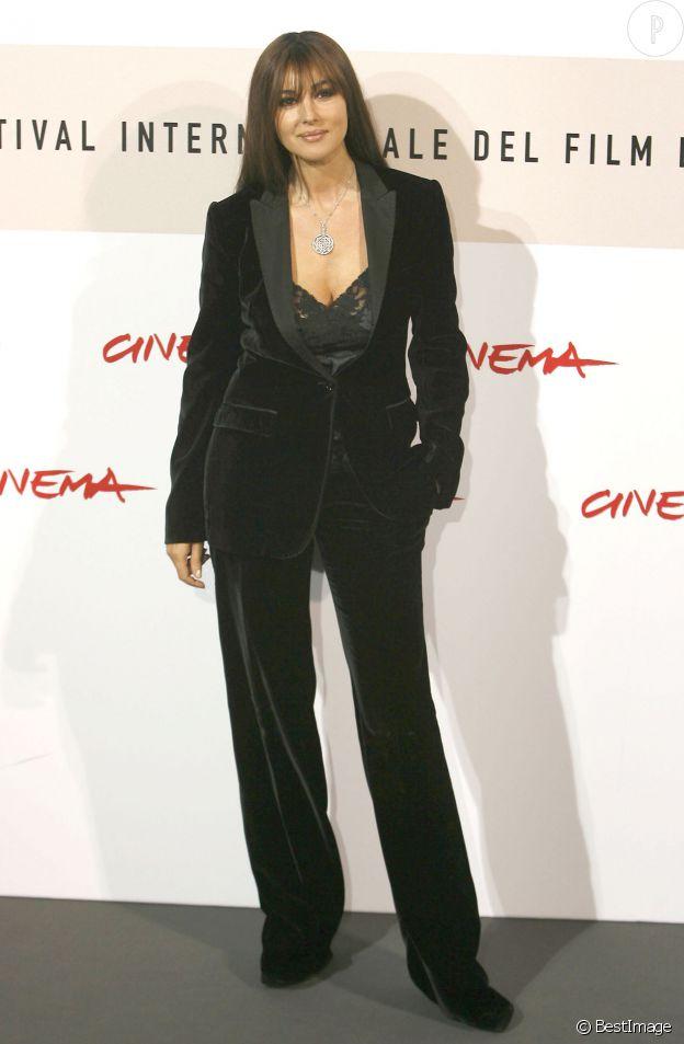 Même en costume deux-pièces, Monica Bellucci fait grimper la température.