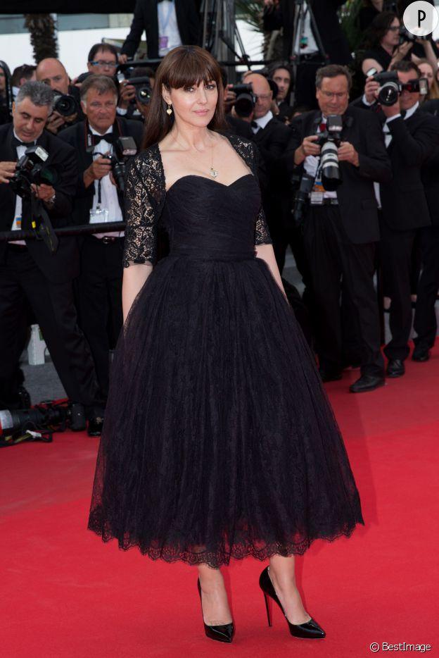 Monica Bellucci se transforme en princesse pour la montée des marches, en 2014.