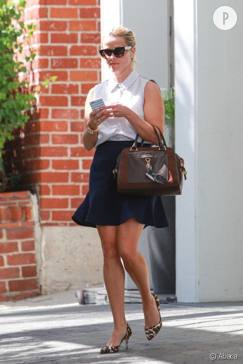 Reese Witherspoon dans un look preppy chic.