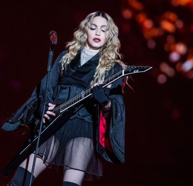 Madonna, double hommage aux victimes des attentats du 13 novembre 2015 avec un concert acoustique Place de la République.