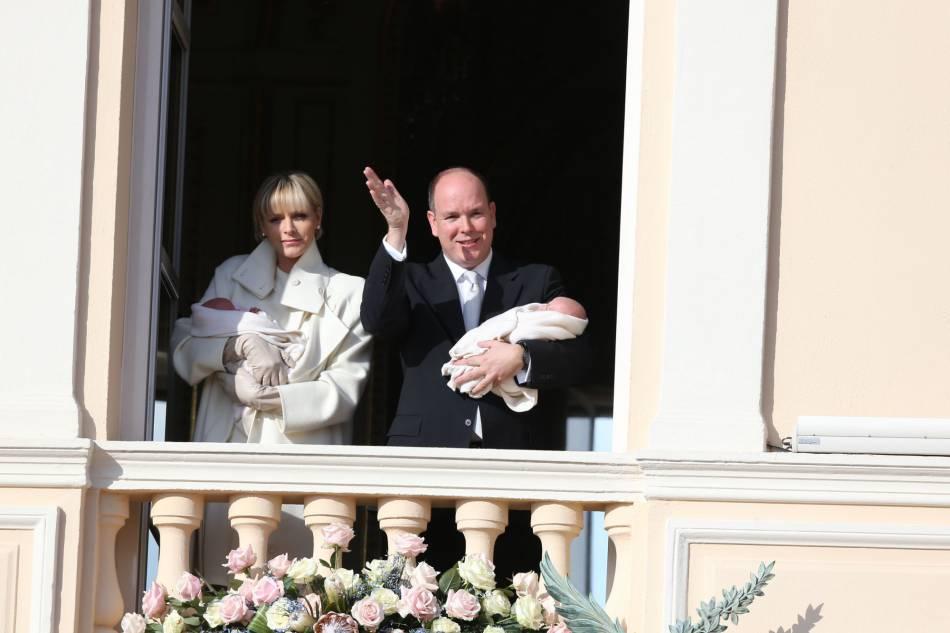 Charlène et Albert de Monaco ont présenté le prince Jacques et la princesse Gabriella sur le balcon du palais princier le mercredi 7 janvier 2014.