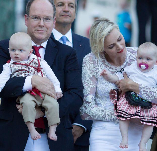 Albert et Charlène de Monaco, heureux sur le Rocher avec leurs jumeaux lors du pique-nique traditionnel au parc de la princesse Antoinette, en août dernier.