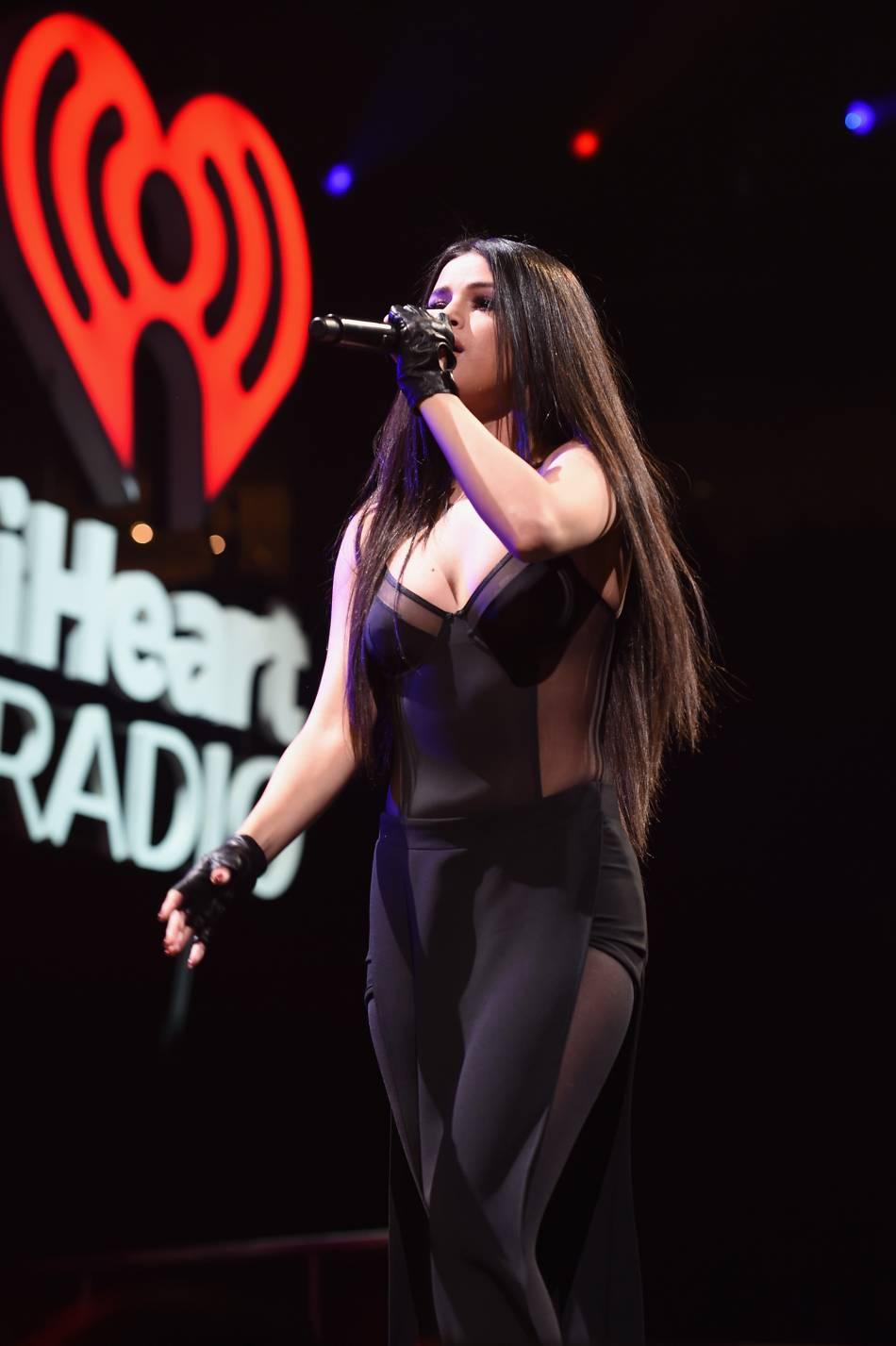 Selena Gomez très sexy sur scène.
