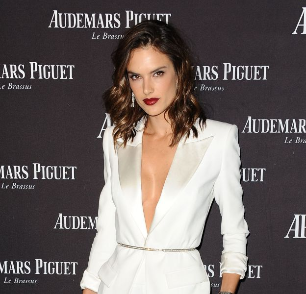 Alessandra Ambrosio, resplendissante dans son ensemble blanc.