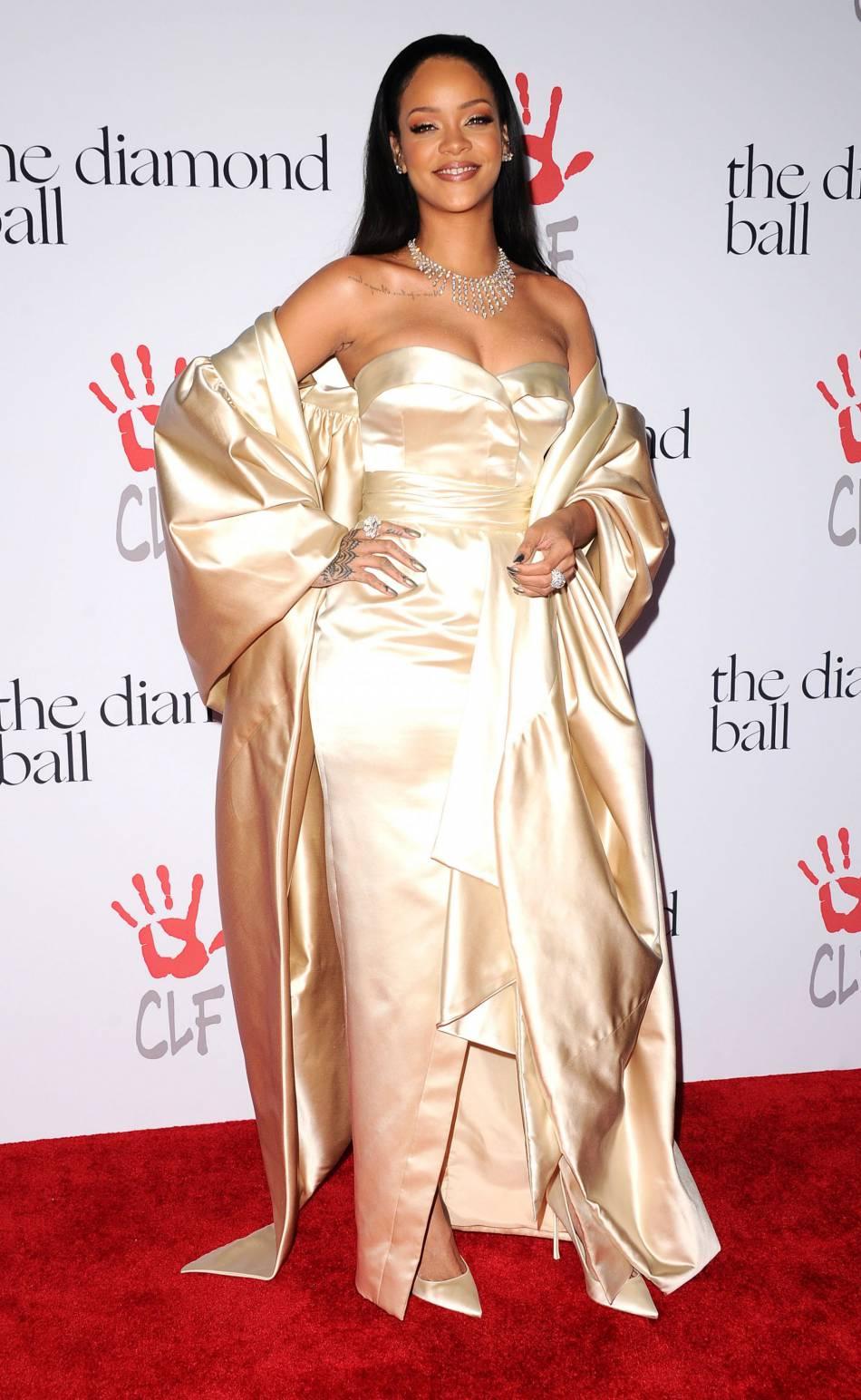 Rihanna mise sur une robe Christian Dior.