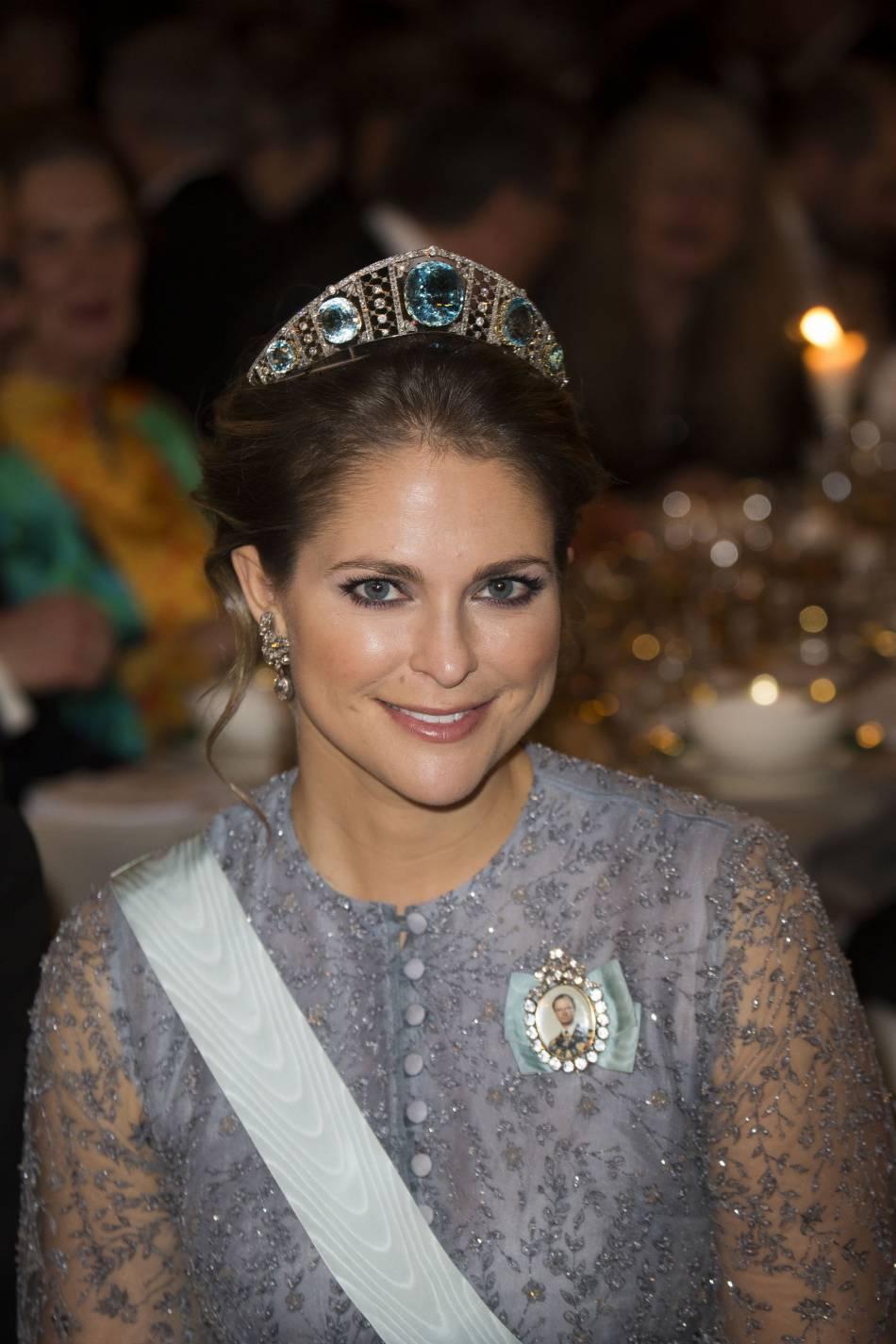 La princesse Madeleine de Suède a opté pour une robe grise mettant parfaitement ses yeux en valeur.