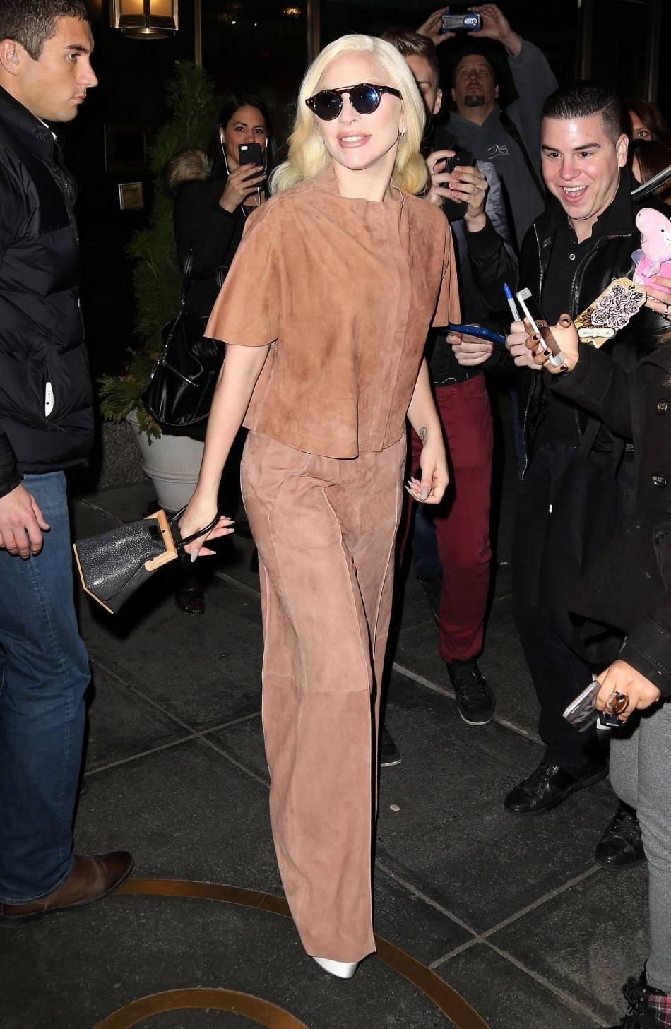 Lady Gaga a laissé ses tenues déjantées au placard pour un très joli look en daim.