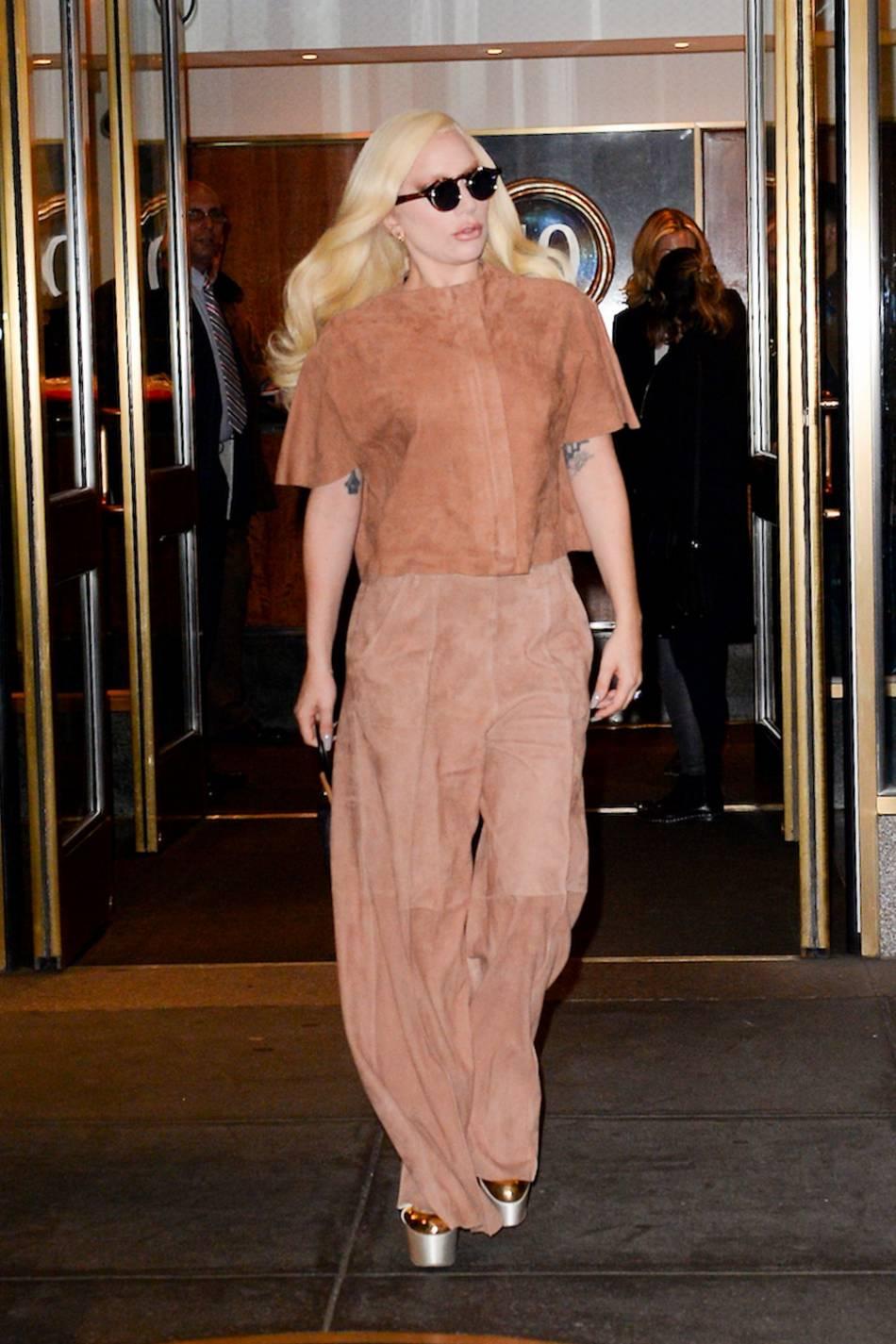 Exit le string et le collant résille, Lady Gaga ose une tenue simple et chic.