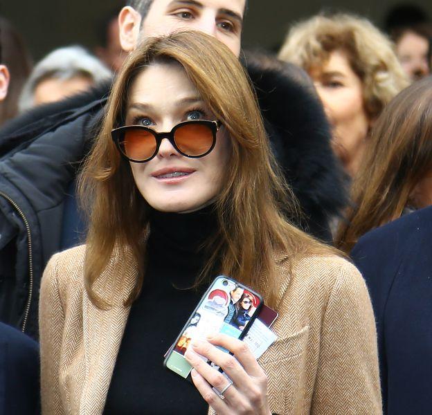Carla Bruni et sa coque de portable personnalisée.