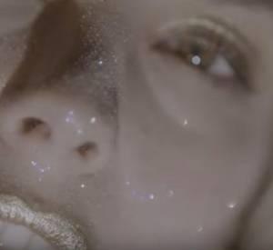 """Alysson Paradis, hypnotisante et """"fascinante"""" pour le clip du chanteur Arkadin, """"Sous le volcan"""", et réalisé par son compagnon, Guillaume Gouix."""