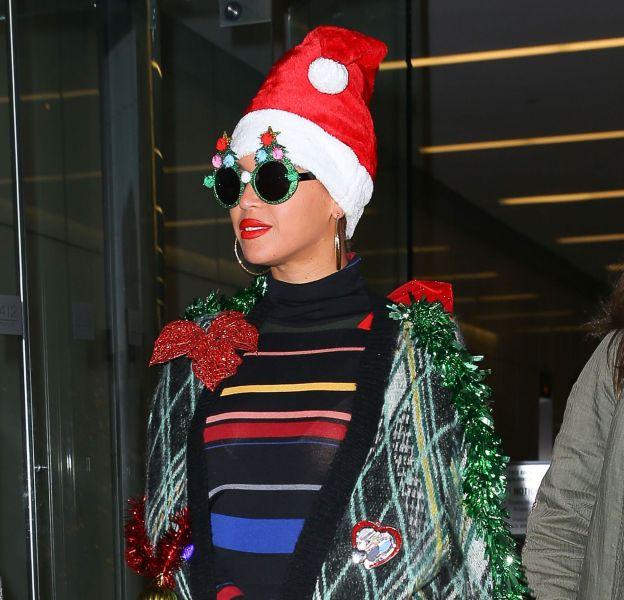Beyoncé Knowles sort avec un look façon sapin de Noël dans les rues de New York le 14 décembre 2015.