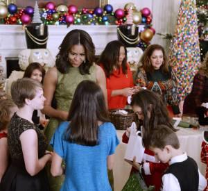 Michelle Obama joue volontiers les Mères Noël.