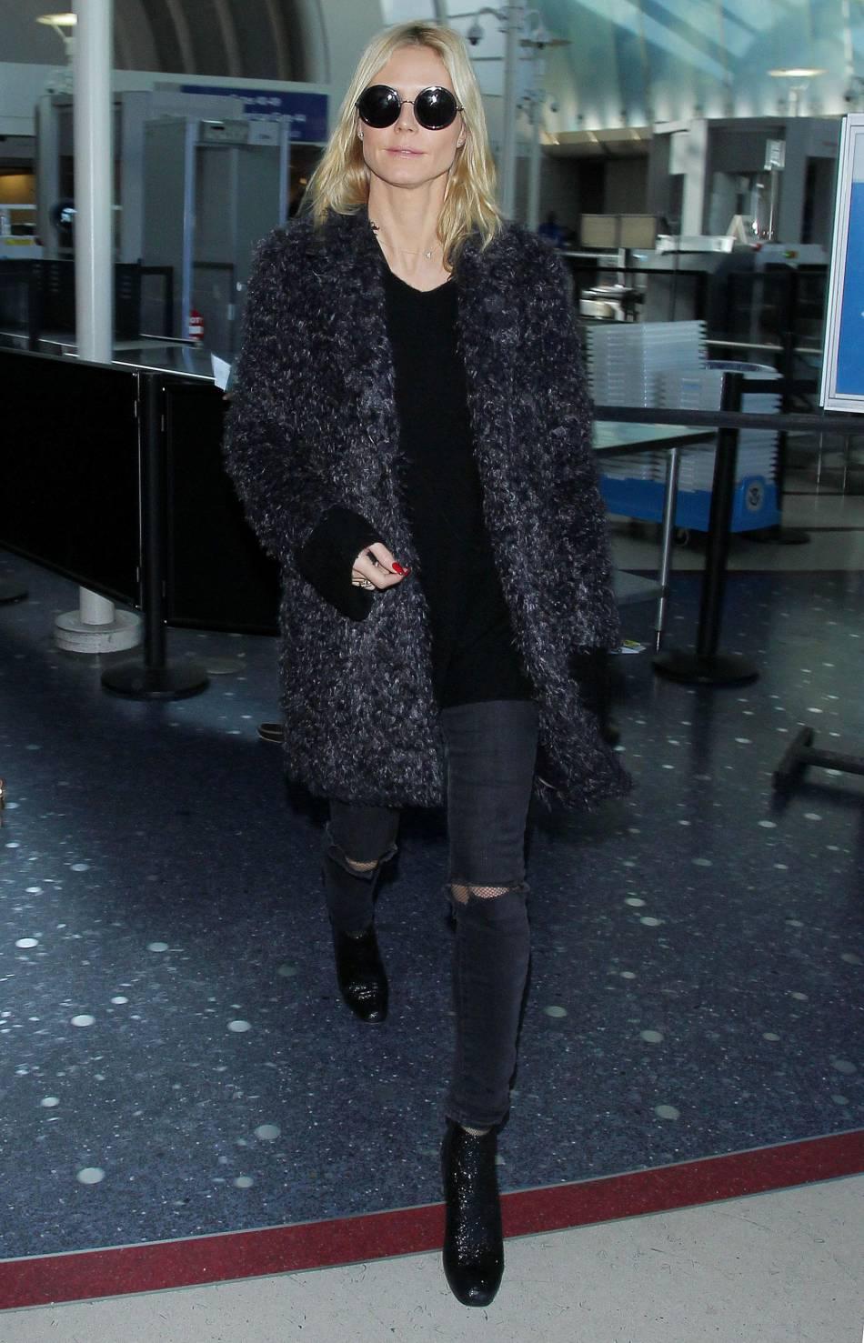 Heidi Klum opte pour un total look noir.